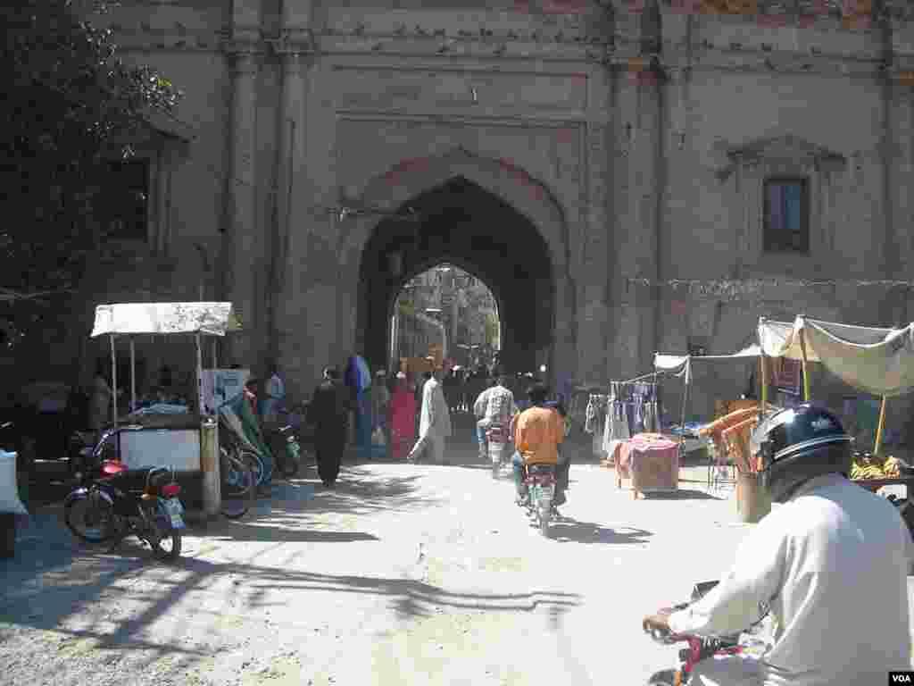 معروف بھاٹی گیٹ اب بھی اندرون لاہور کا ایک اہم تجارتی مرکز ہے۔