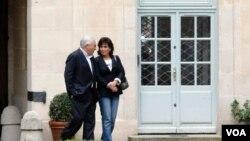 Mantan ketua IMF Dominique Strauss-Khan dan isterinya, Anne Sinclair di rumah kediaman mereka di Paris (4/9).