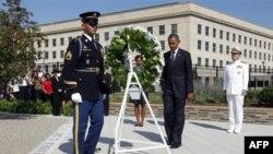 Президент Обама возлагает венок у здания Пентагона, атакованного террористами 11 сентября 2001г.