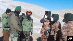 在這張由印度軍隊提供的照片中,印度和中國的軍官們在印中邊境的班公湖地區舉行會議。(2020年2月10日)