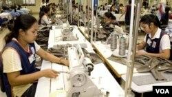 Para pekerja pada industri garmen (foto: ilustrasi). Jaringan pengecer global setuju untuk memperbaiki kondisi kerja di pabrik-pabrik garmen di Bangladesh.