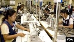 Pekerja pada industri garment. Kemitraan Indonesia dan Uni Eropa dinilai akan saling melengkapi, karena akan memperluas akses pasar berbagai produk masing-masing.