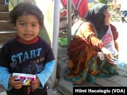 İncirli'deki metrobüs üst geçidinde rastladığım Suriyelilerden Ayşe, Halep'ten geldiğini söylüyor. Bir yıl kadar Gaziantep'te yaşadıktan sonra beş aydır Şirinevler'de tek göz bir odada eşi ve iki çocuğuyla hayata tutunmaya çalışıyor