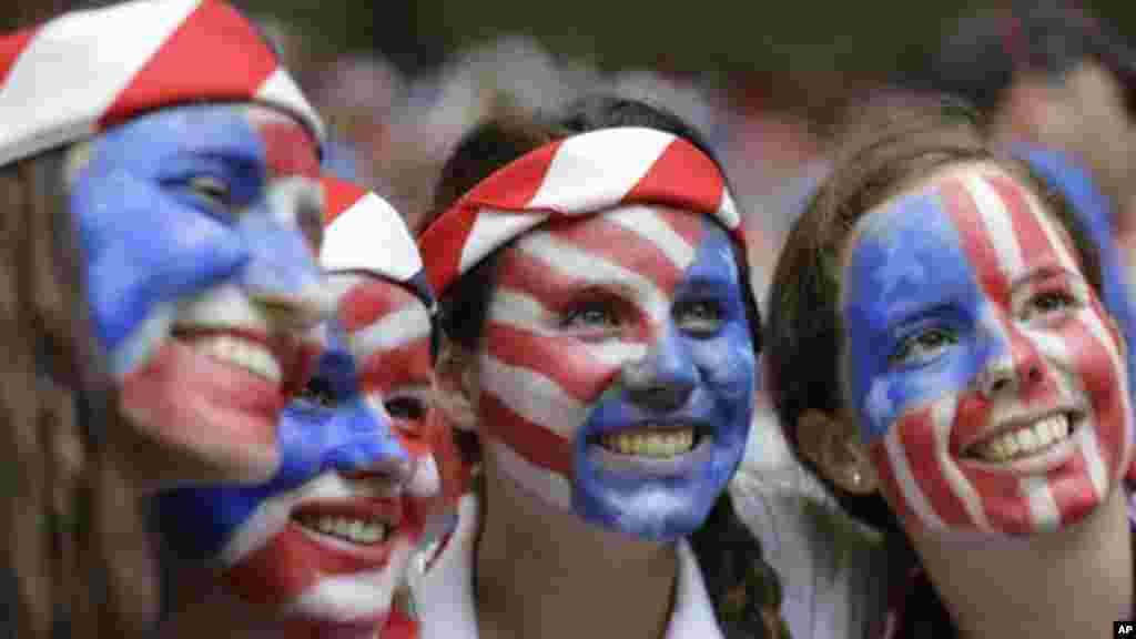 Visages peints aux couleurs américaines, les supporteurs de l'équipe nationale américaine de football féminin sourient à la tribune du stade olympique de Vancouver, Colombie-Britannique, lors du match de la finale de la Coupe du Monde contre le Japon, le 5 juillet 2015.