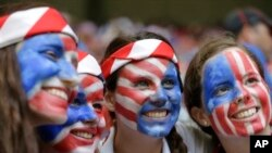 Les fanes de l'equipe des Etats Unis lots du Mondial feminin a Vancouver, British Columbia, Canada, Sunday, July 5, 2015. (AP Photo/Elaine Thompson)