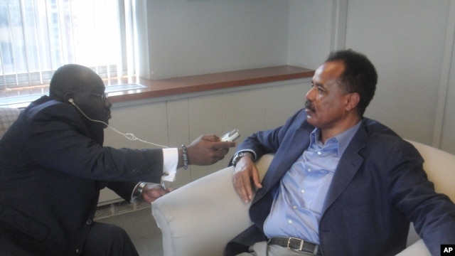Eritrea President Isaias Afewerki (r) being Interviewed by VOA`s Peter Clottey in New York (file photo).