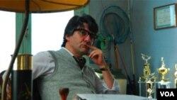 El actor uruguayo César Troncoso interpreta al editor de un periódico que intuye las mentiras de Orsini.