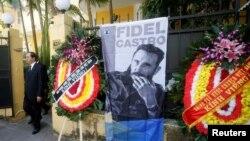 Chủ tịch nước Việt Nam Trần Đại Quang dẫn đầu Đoàn đại biểu cấp cao viếng Lãnh tụ Fidel Castro tại Đại sứ quán Cuba ở Hà Nội, ngày 28/11/2016.