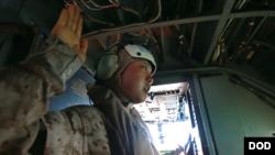 美國海軍陸戰隊一等兵、來自中國的張慧茹(Huiru Zhang音譯)和一位來自印度的下士,上個月底在澳大利亞達爾文上空一架MV-22型魚鷹式戰機中宣誓成為美國公民,成為首批以這種方式宣誓入籍的外籍移民。