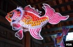 Đèn con cá tái tạo theo phong cách Sài Gòn trước 1975