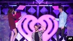 Alex Pall và Andrew Taggart của nhóm Chainsmokers cùng ca sỹ Daya trên sân khấu của đêm nhạc Jingle Ball của iHeartRadio ở Madison Square Garden, NY.