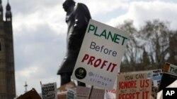 ARSIP – Para pengunjuk rasa berunjuk rasa di depan patung Winston Churchill dengan mengusung poster di sekitar Gedung Parlemen di London, Inggris, 12 April 2019 (foto: AP Photo/Kirsty Wigglesworth, arsip)