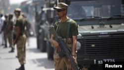 Pasukan paramiliter Pakistan mengamankan kota Karachi (foto: dok). Dua ledakan bom di permukiman Shiah menewaskan 7 orang, Jumat (22/11).