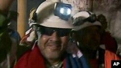 Luis Urzua nakon što je izvučen iz okna rudnika San Jose