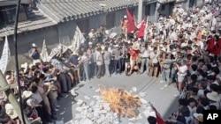 1989年6月2日北京抗议学生在焚烧《北京日报》,抗议报道不公。
