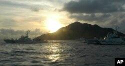 日本船舰2013年8月在钓鱼岛(日本称尖阁诸岛)附近行驶