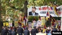 Công an Trung Quốc đối đầu với người biểu tình ủng hộ Pháp Luân Công và tín đồ Phật giáo Tây Tạng.