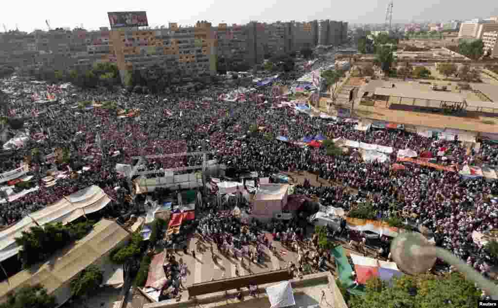 مرسی کے حامیوں نے مظاہروں کے دوران مختلف سرکاری عمارتوں اور فوجی تنصیبات میں گھسنے کی کوششیں بھی کیں