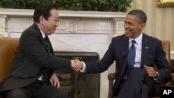 El presidente Barack Obama saluda al primer ministro de Japón, Yoshihiko Noda, durante su visita a la Casa Blanca, este lunes 30 de abril.