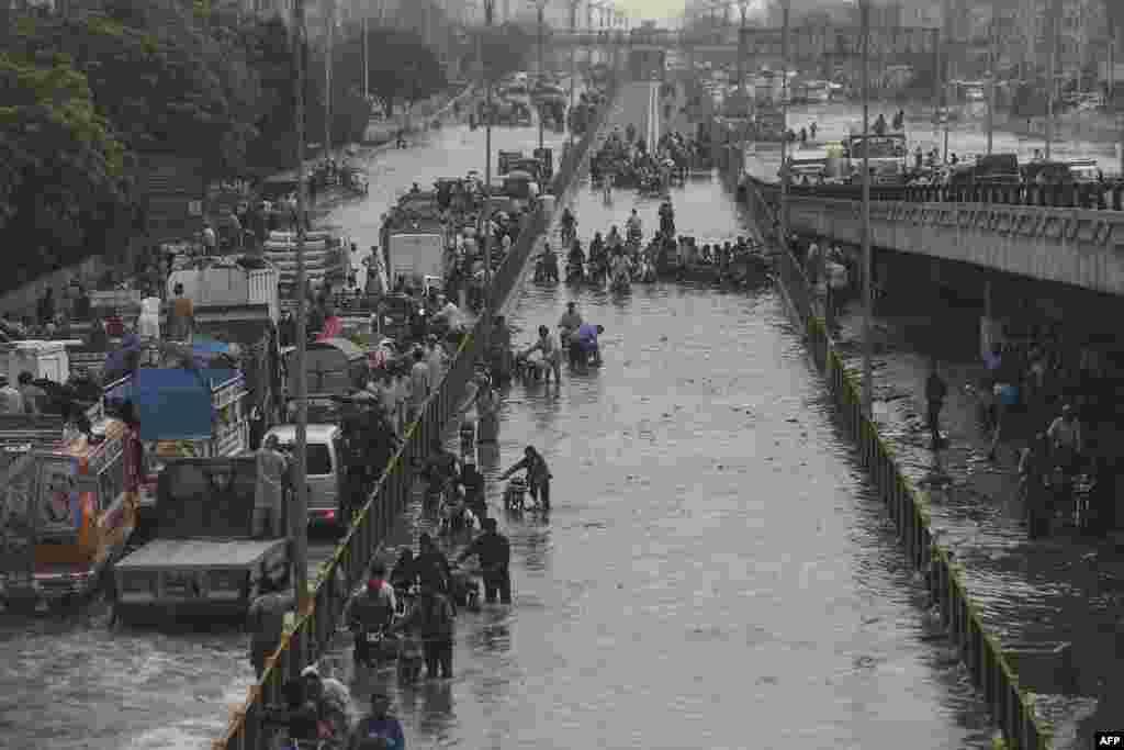 Karachi shiddatli yomg'irdan so'ng. Pokiston.