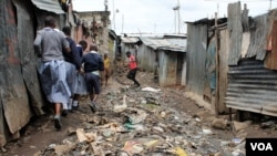 Les conditions de nombreuses écoles laissent à désirer et de nombreux parents ne peuvent pas payer les frais scolaires, même faible pour leurs enfants, Nairobi, Kenya, 2 juin 2015.