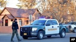 Policajci čuvaju ulaz u srednju školu Actek u Nju Meksiku posle pucnjave na kampusu 7. decembra 2017.