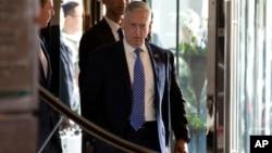 짐 매티스 미 국방장관이 26일 중국 베이징의 호텔에 도착하고 있다.