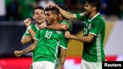 """""""Tecatito"""" Corona (centro) celebra con sus compañeros el gol del empate contra Venezuela."""
