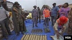 Tentara Nigeria menunjukkan persenjataan yang berhasil disita di pelabuhan Apapa, Lagos, Nigeria hari Rabu, 27 Oktober 2010.