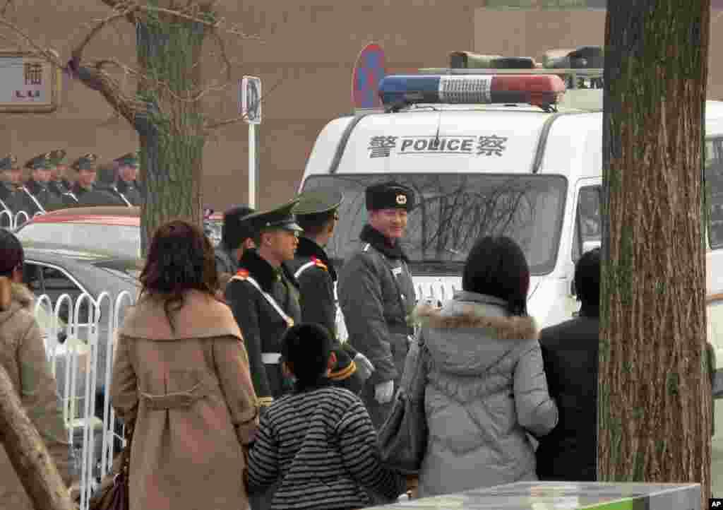 天安门广场地区值勤的武警和公安