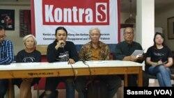 KontraS, YLBHI bersama korban dan keluarga korban pelanggaran HAM saat menggelar konferensi pers di kantor KontraS, Jakarta, Kamis (24/10). (Foto: VOA/Sasmito).