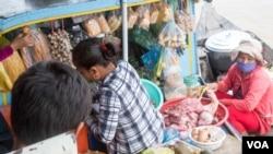 FILE PHOTO - An ethnic Vietnamese vendor sells food near Tonle Sap Lake, Kampong Thom province, Cambodia, August 7, 2016. (Leng Len/VOA Khmer) 
