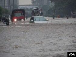 Pusat perkantoran dan bisnis, jalan Sudirman dan Thamrin, Jakarta terendam banjir, 17 Januari 2013 (VOA/Iris Gera)