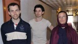 شین باوئر در چپ، جاش فتال وسط به همراه سارا شورد گردشگر آزاد شده آمریکایی