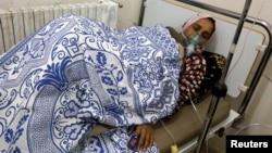 지난 2014년 5월 시리아 하마에서 화학무기에 노출된 것으로 보이는 여성이 치료를 받고 있다. 당시 반군은 정부군이 화학무기를 사용했다고 주장했다. (자료사진)