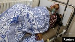 Seorang perempuan yang terkena serangan gas di dirawat di rumah sakit di desa Kfar Zeita, provinsi Hama, 2014.