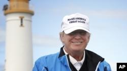 Кандидат у президенти від республіканців Дональд Трамп позує для ЗМІ на полях для гольфу в Trump Turnberry, Шотландія, 1 серпня 2015 року.