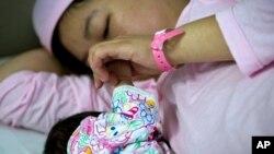 Vấn đề cho con bú vẫn vấp phải rào cản về mặt văn hóa khi tại châu Á, còn nhiều người có quan niệm chỉ những đứa trẻ béo mới là khỏe mạnh.