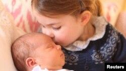 Putri Charlotte dan adiknya Pangeran Louis dalam foto resmi yang dirilis Istana Kensington, London, 2 Mei 2018.