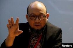 Novel Baswedan, penyidik senior KPK yang mengalami pelemparan asam di wajahnya pada tahun 2017, memberi isyarat saat ia berbicara saat wawancara di markas KPK di Jakarta. (Foto: Reuters)