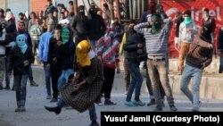 ب ایک کشمیری کی ہلاکت کے بعد برہم نوجوان سیکیورٹی فورسز پر پتھراؤ کر رہے ہیں۔ فائل فوٹو