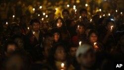 Người dân thắp nến bày tỏ đau buồn đối với cái chết của nữ sinh viên bị cưỡng hiếp ở New Delhi, Ấn Độ, 29/12/2012