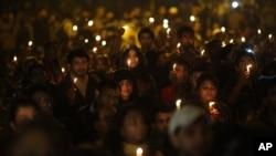 印度人悼念被轮奸的受害者