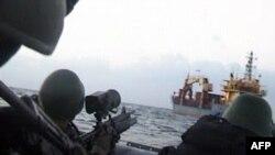 Türk denizciler Leopard adlı gemiye yaklaşırken