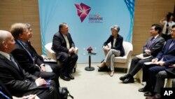 마이크 폼페오 미 국무장관과 강경화 한국 외교장관이 4일, ARF 외교장관회의가 열리는 싱가포르에서 별도의 회담을 진행하고 있다.