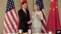 APEC 각료회의에서 만난 클린턴 미 국무장관(우)과 양제츠 중국 외교부장(좌)