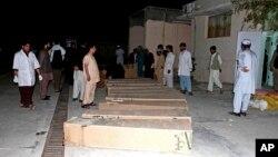 7일 아프가니스탄 남부 칸다하르 병원에 도로변 폭탄 공격으로 사망한 주민들의 관이 놓여있다.
