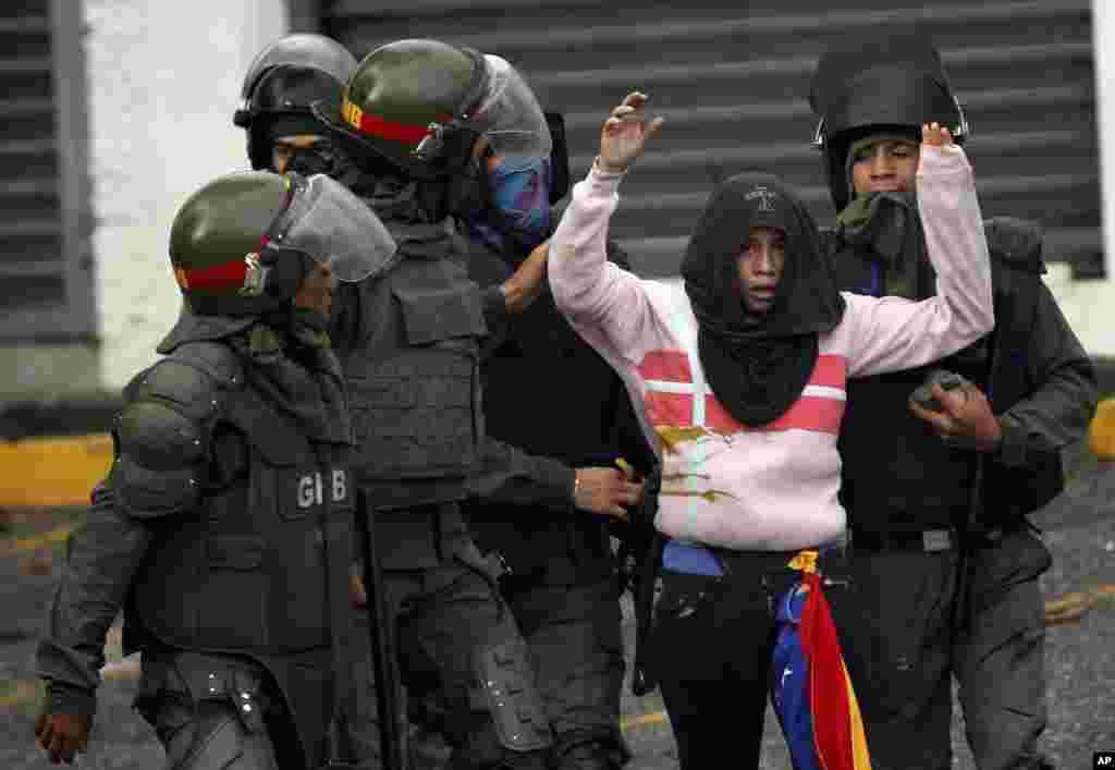 دستگیری یک معترض در تظاهرات ضددولتی در ونزوئلا