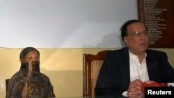 سلمان تاتیر ذرائع ابلاغ سے بات کر رہے ہیں اور عقب میں آسیہ بی بی بیٹھی ہیں۔(2010ء کی ایک تصویر)