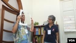 Luisa Pernalete enseña a madres venezolana estrategias para evitar la violencia.